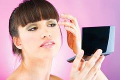 Kobieta sprawdza twarzy skórę w lustrze obraz stock