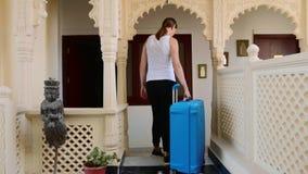 Kobieta sprawdza w hotel i stacza si? walizk? jej pok?j zbiory wideo