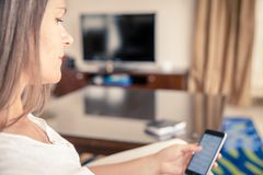 Kobieta sprawdza wiadomości na jej telefonie komórkowym Obraz Stock