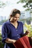 Kobieta sprawdza zakupy w torbie zdjęcia royalty free