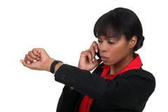 Kobieta sprawdza zegarek zdjęcie royalty free