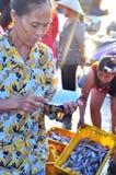 Kobieta sprzedaje jej rybołówstwa w lokalnym owoce morza rynku Obrazy Royalty Free