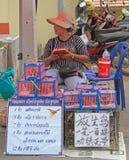 Kobieta sprzedaje ptaki przy petshop w Pattaya, Tajlandia Zdjęcie Stock