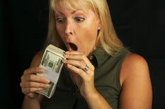kobieta stacks gospodarstwa pieniądze zdjęcia stock