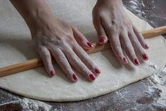 Kobieta stacza się ciasto fotografia stock