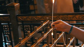 Kobieta Stawia świeczkę w kościół chrześcijańskim zdjęcie wideo