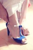 Kobieta stawia błękitów buty dalej obrazy royalty free