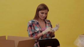 Kobieta stawia dalej budów rękawiczki i przygotowywa ruszać się zbiory