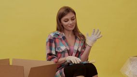 Kobieta stawia dalej budów rękawiczki i przygotowywa ruszać się zbiory wideo