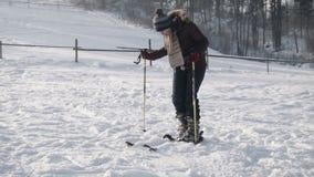 Kobieta stawia dalej narty zdjęcie wideo