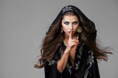 Kobieta stawiał forefinger wargi jak znaka cisza Obrazy Royalty Free