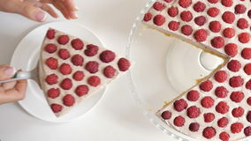 Kobieta stawia kawałek tort na talerzu zbiory wideo