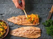 Kobieta stawia overcooked warzywa na rybim ścierwie dla rolek najlepszy widok Mieszkanie nieatutowy zdjęcia royalty free