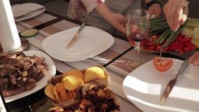 Kobieta stawia sałatki na talerzu obiadowym stołem