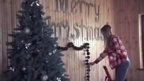 Kobieta stawia w górę Bożenarodzeniowych dekoracj zdjęcie wideo