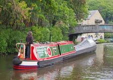 kobieta steruje starej barki iść historyczny wąski łódź klubu zgromadzenie trzymający na może przy dzień wolny od pracy na rochda obraz stock