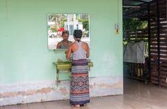 Kobieta stoi bezczynnie lustro w plenerowej toalecie obrazy stock