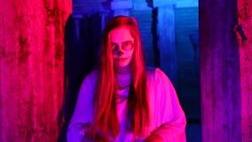 Kobieta stoi bezczynnie samochód w białej panny młodej sukni w zmroku przy zaniechanym domem z nieżywym panna młoda makijażem dla zbiory wideo