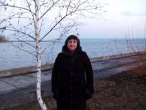 Kobieta stoi blisko brzozy Zdjęcia Stock