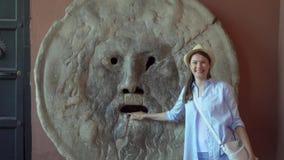 Kobieta stoi blisko usta prawda w zwolnionym tempie Żeński turysta cieszy się wakacje w Rzym, Włochy zbiory