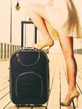 Kobieta stoi jeden nogę na walizce, lato zdjęcia stock