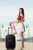 Kobieta stoi jeden nogę na walizce, lato zdjęcie royalty free