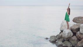 Kobieta stoi na skałach blisko morza zbiory wideo