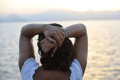 Kobieta stoi samotnie patrzeć dennego horyzont z tylnym seahorse tatuażem Obrazy Royalty Free