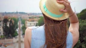 Kobieta stojak na obserwacja pokładu spojrzeniu przy miasto panoramą Dziewczyny ` s włosiany trzepotać w wiatrze w zwolnionym tem zbiory wideo