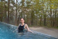 Kobieta stojak w plenerowym basenie Zdjęcia Stock