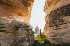 Kobieta stojaki między pięknymi skałami i podziwiają krajobraz w Cappadocia w Turcja Krajobraz Cappadocia Zdjęcia Stock