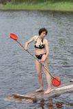 Kobieta stojaki na drewnianej tratwie fotografia royalty free