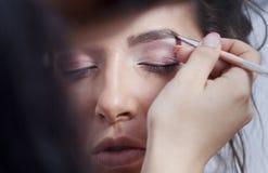 Kobieta stosować oka makeup zdjęcie royalty free