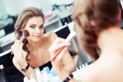 Kobieta stosować szminkę/proszek Obraz Royalty Free