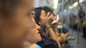 Kobieta stosuje makeup w metro pociągu zdjęcie wideo