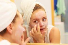 Kobieta stosuje maskową śmietankę na twarzy w łazience zdjęcie royalty free