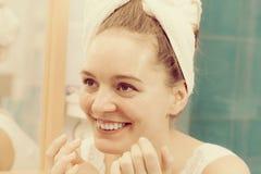 Kobieta stosuje maskową śmietankę na twarzy w łazience obrazy royalty free