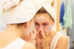 Kobieta stosuje maskową śmietankę na twarzy w łazience fotografia royalty free