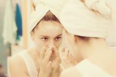 Kobieta stosuje maskową śmietankę na twarzy w łazience obraz stock