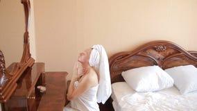 Kobieta stosuje maskową nawilżanie skóry śmietankę na twarzy patrzeje w lustrze zdjęcie wideo
