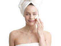 Kobieta stosuje moisturizer śmietankę na twarzy Zdjęcie Royalty Free