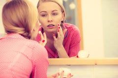 Kobieta stosuje nawilżanie skóry śmietankę Skincare obraz royalty free