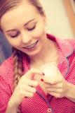 Kobieta stosuje nawilżanie skóry śmietankę Skincare obrazy stock