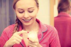 Kobieta stosuje nawilżanie skóry śmietankę Skincare obrazy royalty free
