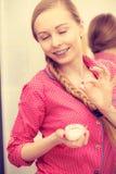 Kobieta stosuje nawilżanie skóry śmietankę Skincare zdjęcie royalty free
