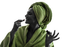 Kobieta stosuje pomadki sylwetkę obrazy royalty free