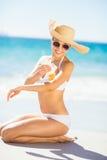 Kobieta stosuje sunscreen na jej ręce fotografia stock