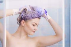 Kobieta stosuje tonera szampon na jej w?osy obrazy royalty free