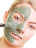 Kobieta stosuje z szczotkarską glinianą błoto maską jej twarz fotografia royalty free