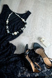 Kobieta strój Czarna koronki suknia, obuwiani sandały, kolia i pachnidło na popielatym drewnianym tle, Odgórny widok, kopii przes Obrazy Stock